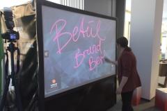 Unterschriftenwand Livepainting durch Künstler an der digital graffiti photobooth | die digitale-graffiti-wand von Urban Artists