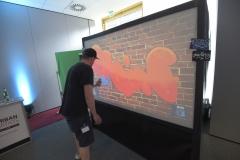 Livepainting durch Künstler an der digital-graffiti-photobooth-die-digitale-graffiti-wand von Urban Artists