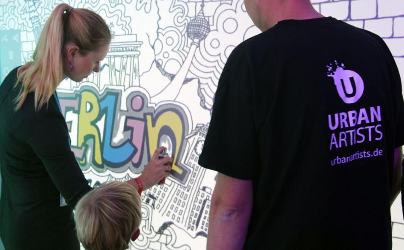 Digitale Graffiti Wand auf dem Siemensstand am Tag der deutschen Einheit.