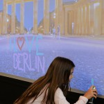 Junges Mädchen an der graffiti wall von Urban Artists